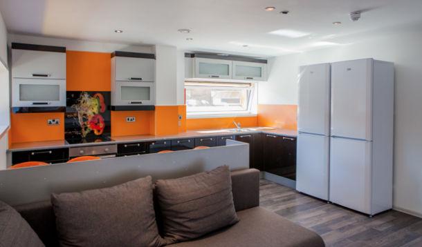 पांच बेडरूम अपार्टमेंट, फीनिक्स हाउस