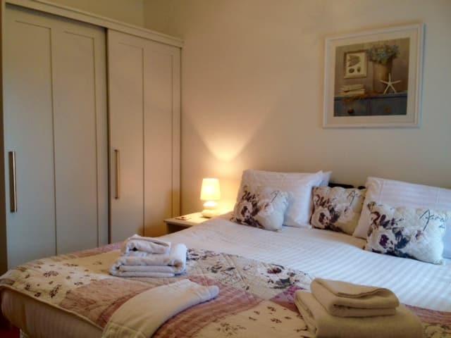 दो बेडरूम अपार्टमेंट, ओसबोर्न एवेन्यू